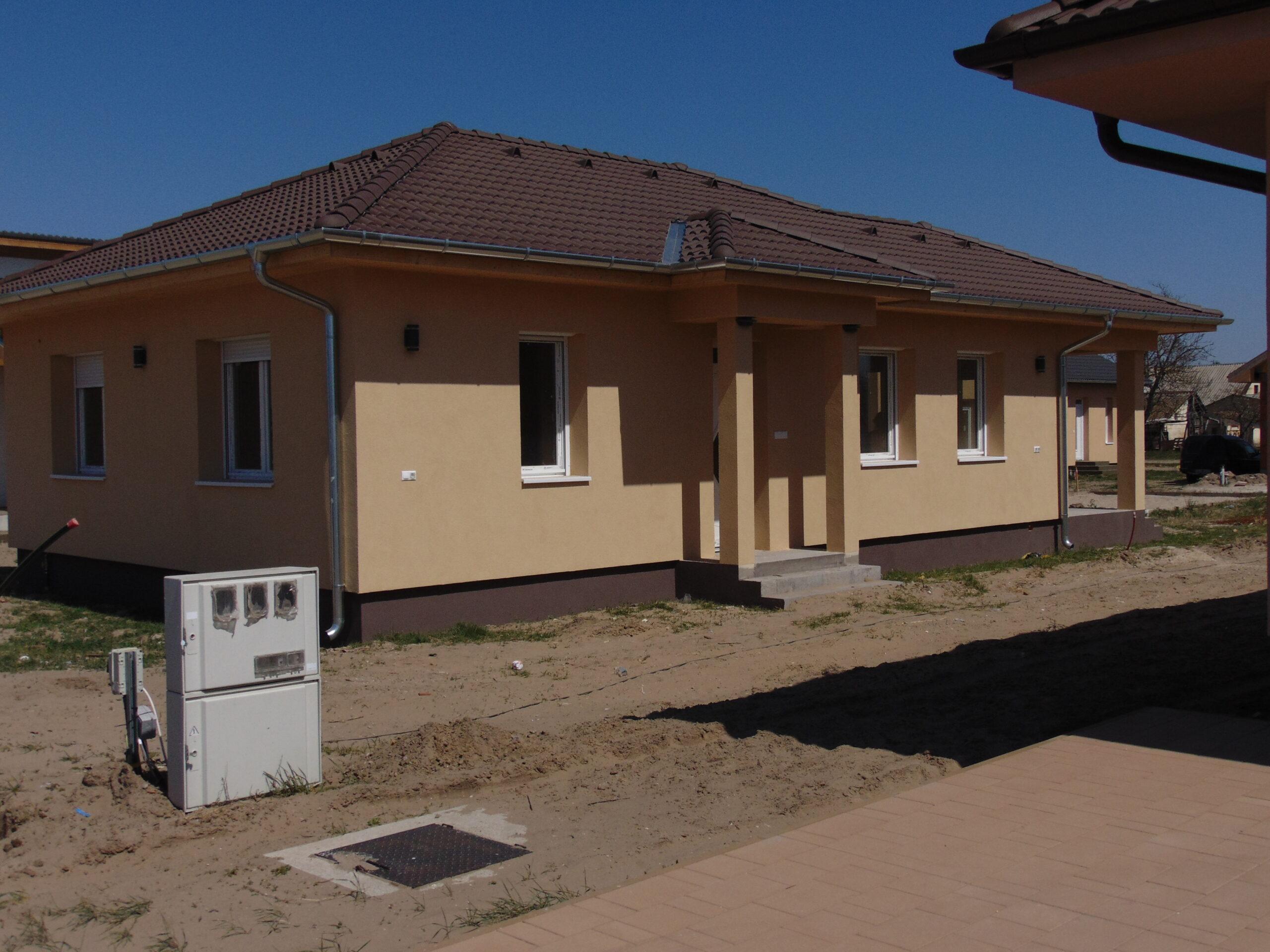 85 m²-es nappali+ 2 szobás családi ház megrendelhető , napelemmel, saját telekre!